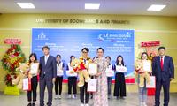 3 thủ khoa trường ĐH Kinh tế Tài chính TP. HCM nhận học bổng 100%