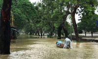 Hàng loạt trường ở miền Trung cho sinh viên nghỉ học vì lũ lụt