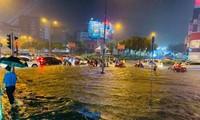TP.HCM mưa lớn kéo dài: Trung tâm Quận 1 ngập nặng, nước dâng cao tràn vào hầm xe