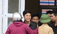 Người dân thả 19 cán bộ, chiến sĩ công an sau cuộc đối thoại với Chủ tịch UBND thành phố Hà Nội Nguyễn Đức Chung vào ngày 22/4