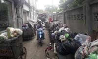 Rác thải ùn ứ ở nội đô Hà Nội khi người dân chặn xe chở rác vào khu xử lý rác thải Nam Sơn (Sóc Sơn, Hà Nội)