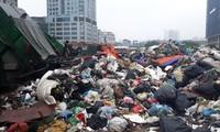 Ám ảnh rác thải chất như 'núi', bịt kín đường phố Hà Nội