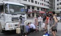 Sự cố nước sạch sông Đà nhiễm bẩn gây ảnh hưởng lớn đến đời sống người dân Thủ đô. Ảnh: Trường Phong