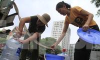 Hà Nội khuyến cáo người dân không dùng nước sạch sông Đà để ăn uống. Ảnh: Trường Phong