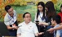 Bí thư Thành ủy Hà Nội Hoàng Trung Hải trao đổi với phóng viên báo chí. Ảnh: Như Ý