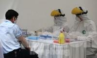 Xét nghiệm nhanh Sars-CoV-2 ở Hà Nội. Ảnh: Hoàng Mạnh Thắng