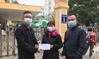 Đại diện báo Tiền Phong trao số tiền hỗ trợ cho mẹ tình nguyện viên Hoàng Văn Tuấn