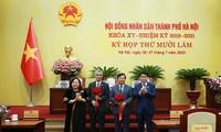 Chủ tịch UBND thành phố Hà Nội Nguyễn Đức Chung và Chủ tịch HĐND thành phố Hà Nội Nguyễn Thị Bích Ngọc tặng hoa chúc mừng 2 tân Ủy viên UBND thành phố Hà Nội