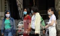 Người dân Hà Nội đeo khẩu trang khi ra đường ngày 26/7. Ảnh: Hoàng Mạnh Thắng