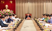 Bí thư Thành ủy Hà Nội Vương Đình Huệ chủ trì cuộc họp Thường trực Thành ủy nghe báo cáo về tình hình người dân chặn xe chở rác vào bãi rác Nam Sơn. Ảnh: PV