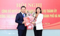 Phó Bí thư Thường trực Thành ủy Nguyễn Thị Tuyến trao quyết định của Ban Thường vụ Thành ủy và tặng hoa chúc mừng ông Nguyễn Phi Thường.