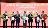 Bí thư Thành ủy Hà Nội Vương Đình Huệ thừa ủy quyền của Thủ tướng Chính phủ trao quyết định phê chuẩn kết quả bầu chức vụ cho Phó Chủ tịch UBND thành phố Hà Nội nhiệm kỳ 2016 - 2021.