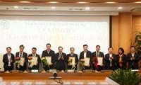 Chủ tịch UBND thành phố Hà Nội Chu Ngọc Anh chúc mừng các đồng chí được bổ nhiệm chức vụ mới