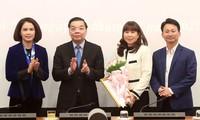 Chủ tịch UBND thành phố Hà Nội Chu Ngọc Anh trao quyết định cho bà Đặng Hương Giang