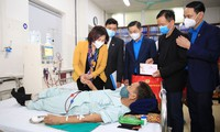 Nhân dịp Tết cổ truyền dân tộc, Phó Bí thư Thường trực Thành ủy Nguyễn Thị Tuyến và lãnh đạo Liên đoàn Lao động thành phố đã trao tặng 50 suất quà cho các y, bác sĩ và 100 suất quà cho các bệnh nhân đang điều trị tại Bệnh viện Đa khoa Hà Đông.
