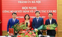 Phó Bí thư Thường trực Thành ủy Hà Nội Nguyễn Thị Tuyến trao quyết định cho ông Nguyễn Xuân Lưu (ngoài cùng bên trái) và ông Nguyễn Việt Hà (thứ hai bên phải)