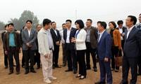 Phó Chủ tịch HĐND thành phố Hà Nội Phùng Thị Hồng Hà kiểm tra tại Dự án Xây dựng Khu nhà chung cư cao tầng & nhà ở cán bộ công nhân các KCN tại xã Tiền Phong, Mê Linh. Ảnh: PV