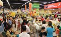Tấp nập người dân đến siêu thị mua sắm tết ngày cuối tuần