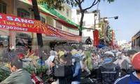 """Khu vực chợ hoa Hồ Thị Kỷ gần như """"vỡ trận"""" sáng 30 tết"""