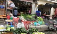 TPHCM: Thực phẩm ê hề, tiểu thương dài cổ ngóng khách trong ngày đầu cách ly toàn xã hội