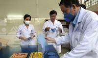 Khẩu trang vải kháng khuẩn tự sản xuất của các y bác sĩ