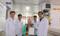 Bệnh nhân phi công nhận giấy ra viện (ảnh:BVCC)