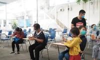 Người dân khai báo y tế (ảnh: HCDC)