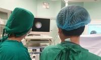 BS đang xử lý dị vật trong vùng kín của bệnh nhi