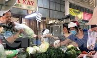 Rau củ tăng giá chóng mặt khiến bà nội trợ phải tính toán chi li khi đi chợ