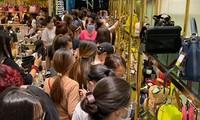 Người Sài Gòn chen chân mua hàng giảm giá