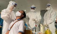 Xét nghiệm COCID-19 cho nhân viên sân bay (ảnh:Ngô Bình)