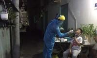 Lấy mẫu xét nghiệm COVID-19 trong cộng đồng dân cư (ảnh: HCDC)