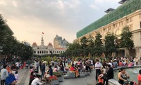 Quảng trường trước UBND TP đông đúc trong chiều mùng 3 Tết