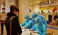 Khai báo y tế tại sân bay Tân Sơn Nhất (ảnh: HCDC)