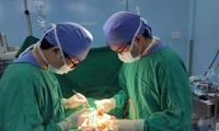 Bác sĩ Bệnh viện Nhi đồng 2 phẫu thuật cho bệnh nhi 6 tuổi (ảnh: BVCC)