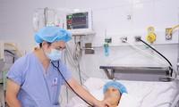 Bác sĩ khám cho bệnh nhân sau phẫu thuật