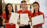 Hoa khôi Sinh viên Việt Nam áo đỏ sao vàng cổ vũ tuyển Việt Nam