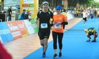 Nụ cười chiến thắng 'đẫm mồ hôi' trên đường chạy Tiền Phong Marathon
