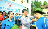 Bí thư thứ nhất T.Ư Đoàn Lê Quốc Phong tặng mũ cho các tình nguyện viên trước giờ lên đường. Ảnh: Xuân Tùng