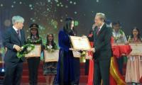 Phó Thủ tướng Thường trực Chính phủ Trương Hòa Bình và ông Đỗ Văn Chiến - Bộ trưởng Chủ nhiệm Ủy ban Dân tộc trao bằng khen cho các em học sinh đạt giải Nhất, Nhì cuộc thi học sinh giỏi quốc gia năm học 2018-2019