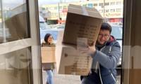 Người trẻ Việt tại CH Séc 'tiếp sức' hàng chục nghìn khẩu trang chống Covid-19. Ảnh: CTV