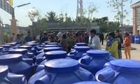 Tặng bồn chứa nước cho người dân vùng hạn mặn