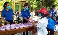 Các tình nguyện viên tại huyện Đakrông trao suất ăn miễn phí đến thí sinh