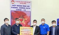 Anh Nguyễn Công Hải - Ủy viên Đoàn Chủ tịch UBTƯ Hội, Chủ tịch Hội DNT Hải Dương thay mặt Trung ương Hội DNT Việt Nam trao tặng 2.000 bộ kit xét nghiệm nhanh COVID – 19 cho Uỷ ban MTTQ tỉnh Hải Dương.