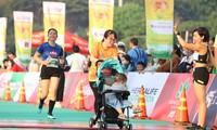 Hai mẹ con chị Linh hoàn thành cự ly 5km. Ảnh: Trọng Tài