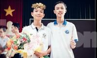 Tân Nhật chụp ảnh với Quý Hải sau cuộc thi Olympia ở trường. Ảnh: NVCC
