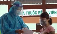 Các tình nguyện viên chương trình ATM nhân lực tiêm vắc xin hỗ trợ người dân tiêm chủng.
