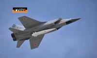 Máy bay tiêm kích MiG-31 mang theo một tên lửa siêu thanh
