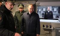 Ông Putin, phía sau là bộ trưởng Shoigu, tới thị sát con tàu lớp Gremyashchi