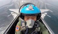 Tàu sân bay Trung Quốc đang thiếu trầm trọng phi công. Trong ảnh: Một phi công vừa cất cánh từ tàu Liêu Ninh